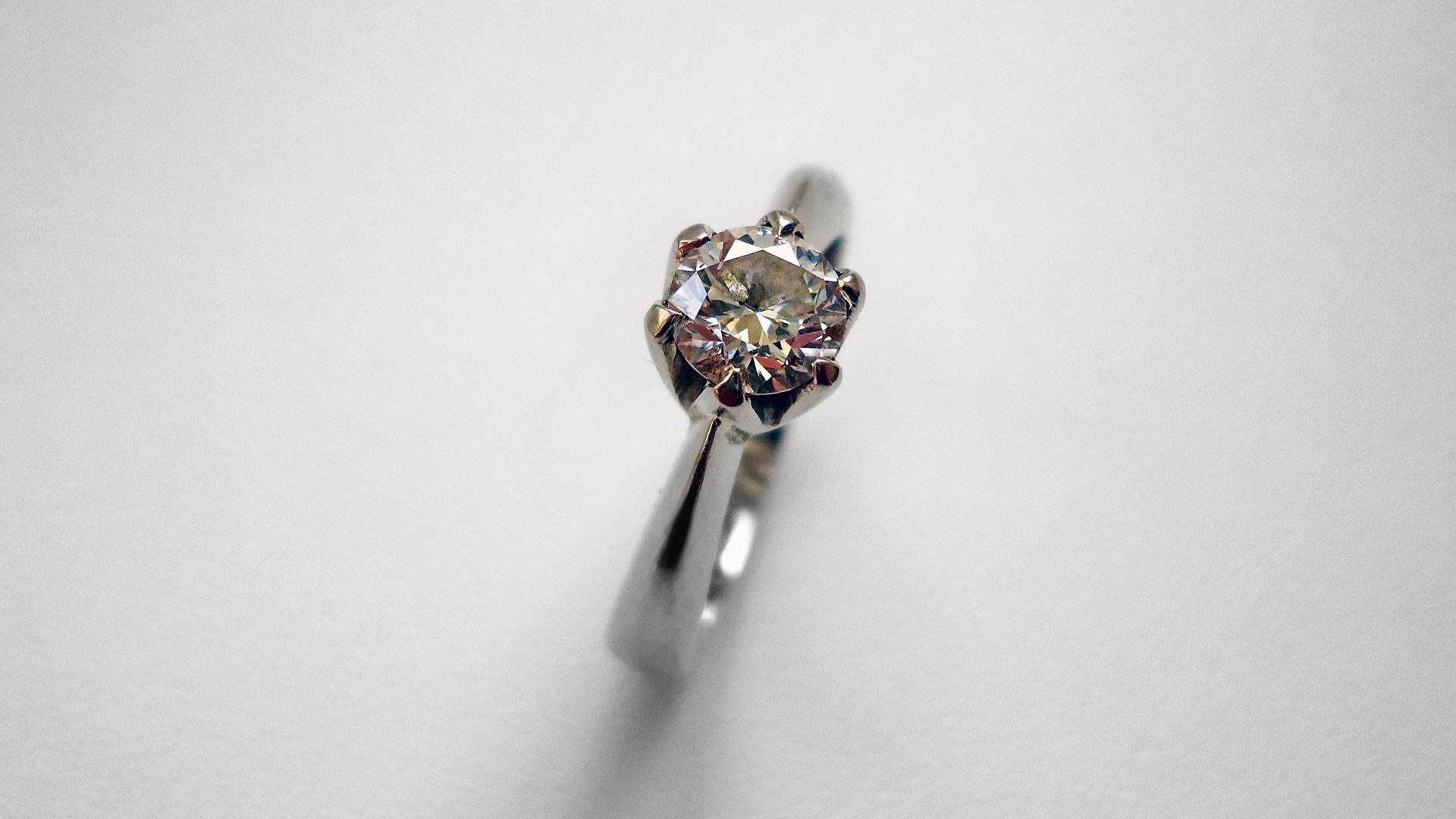 Zásnubní prsten s diamantem 0,6 ct